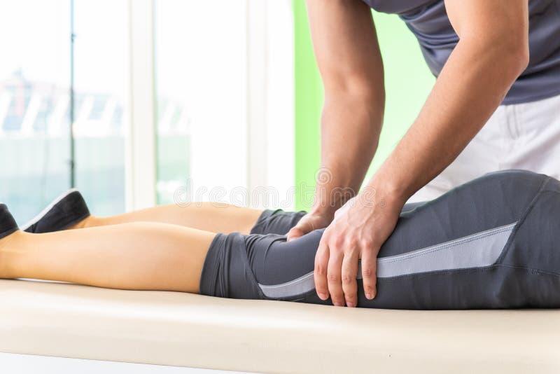 O quiroprático novo do doutor que faz massagens o paciente fotos de stock royalty free
