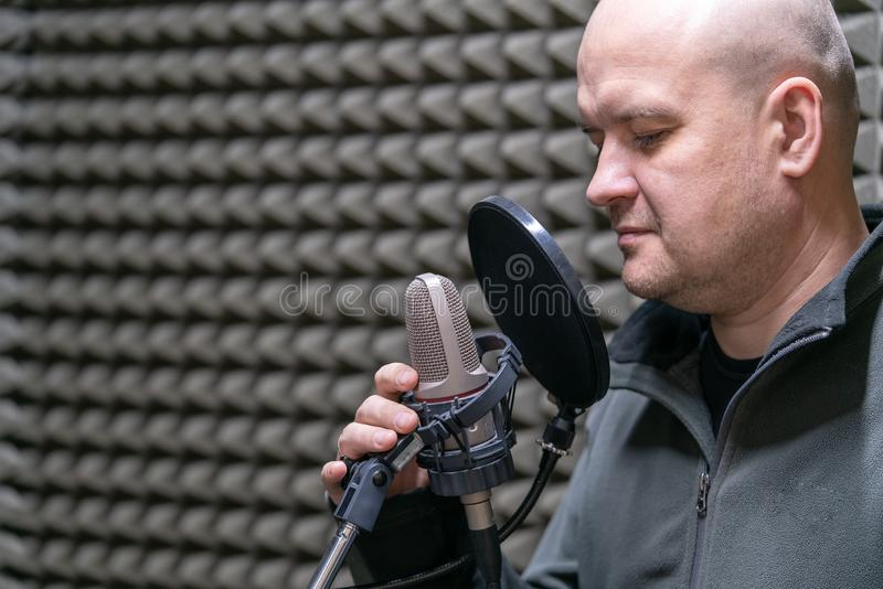 O rádio DJ do homem fala no microfone no close up do local de trabalho foto de stock royalty free