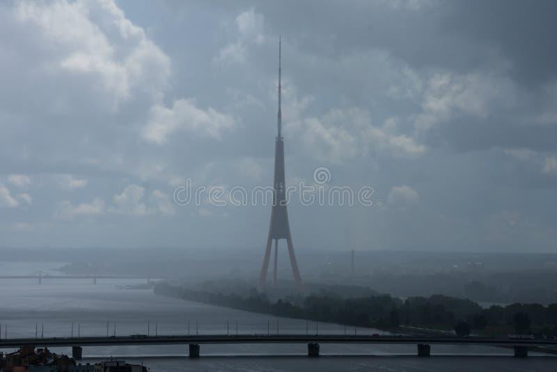 O rádio do rio e do Riga do Daugava da vista aérea e a tevê elevam-se imagem de stock