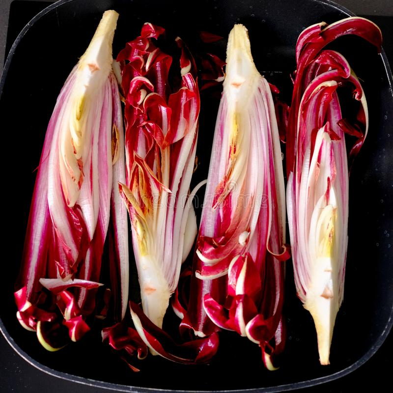 O radicchio vermelho da chicória fresco e apronta-se para ser grelhado imagem de stock