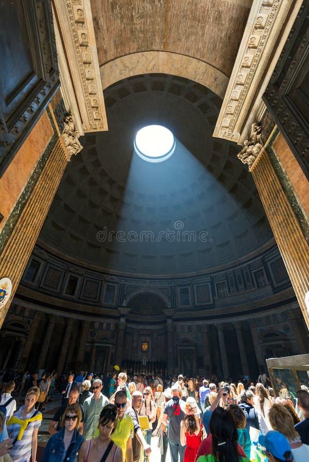 O raio claro famoso no panteão de Roma foto de stock royalty free