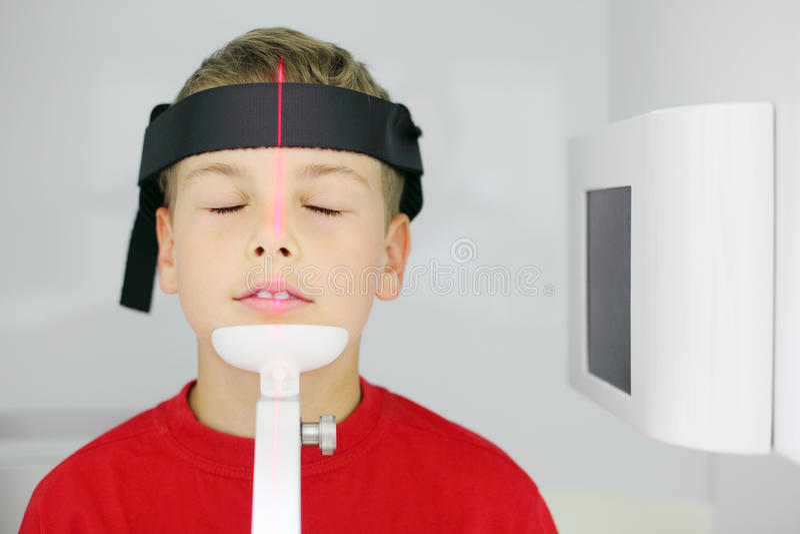 O raio X da maxila é feito para o menino foto de stock