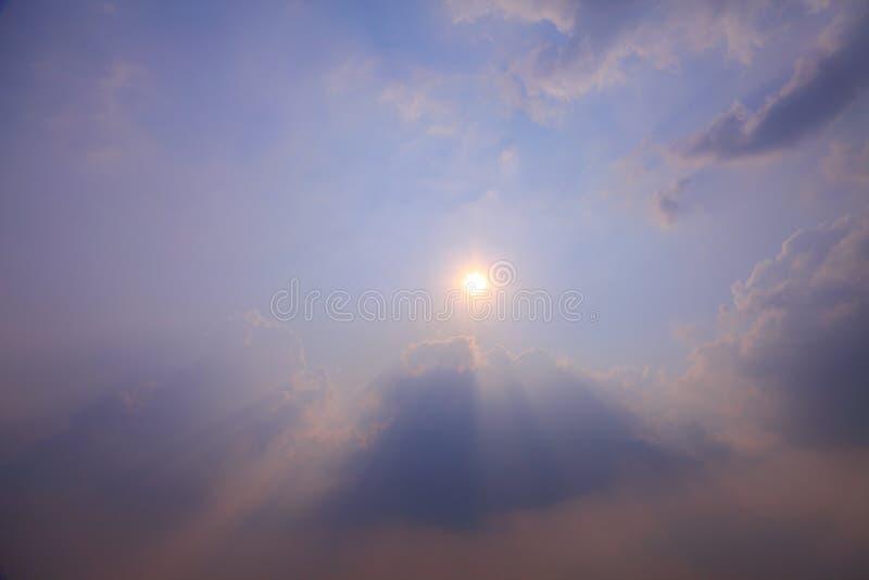 O raio de luz solar crepuscular bonito brilha através da nuvem com espaço da cópia para a finalidade do projeto do fundo imagem de stock royalty free