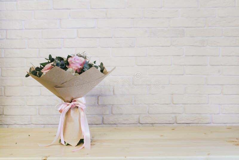 O ramalhete bonito delicado das flores fecha-se acima foto de stock