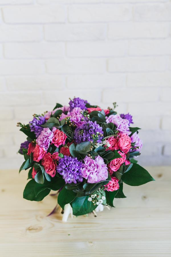 O ramalhete bonito delicado das flores fecha-se acima imagens de stock