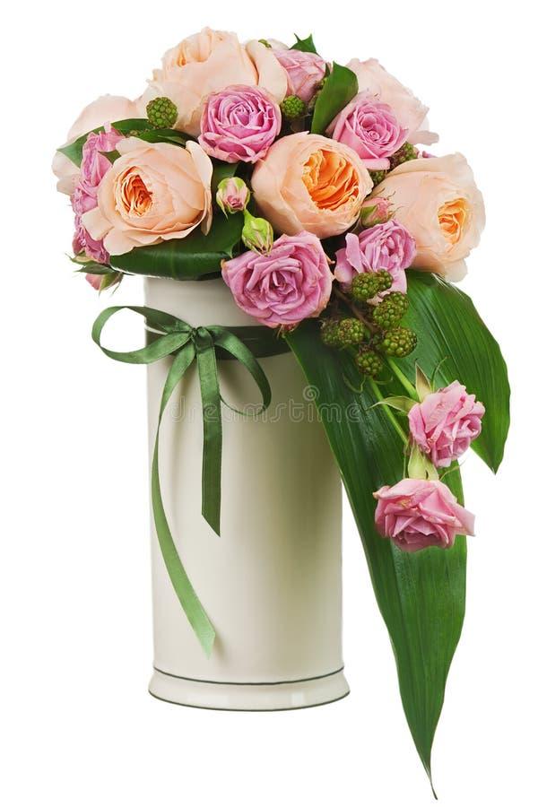 O ramalhete colorido da flor das rosas e do peon floresce no isolador do vaso fotos de stock