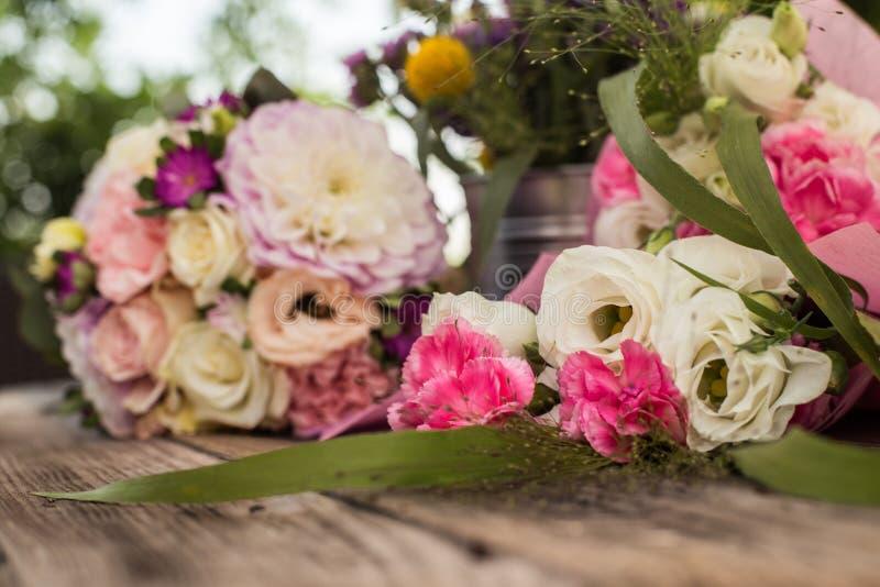 O ramalhete cor-de-rosa do casamento com rosas e eustoma floresce - perfeito para a oferta do casamento imagens de stock royalty free