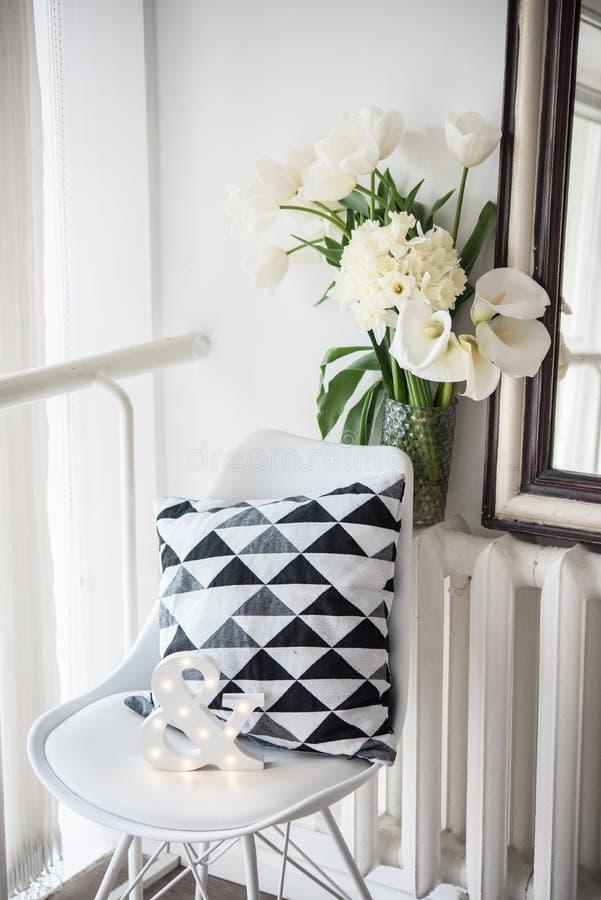 O ramalhete da mola floresce em tulipas interiores, brancas da sala e em daf fotografia de stock royalty free
