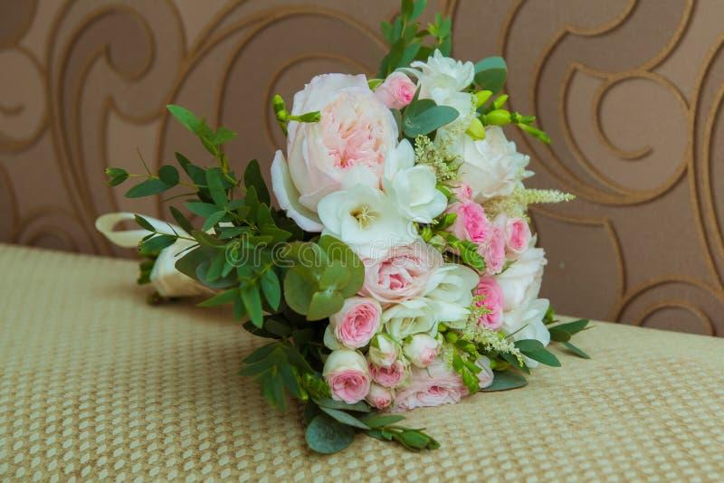 O ramalhete da noiva bonita de rosas cor-de-rosa e das flores brancas no dia do casamento foto de stock