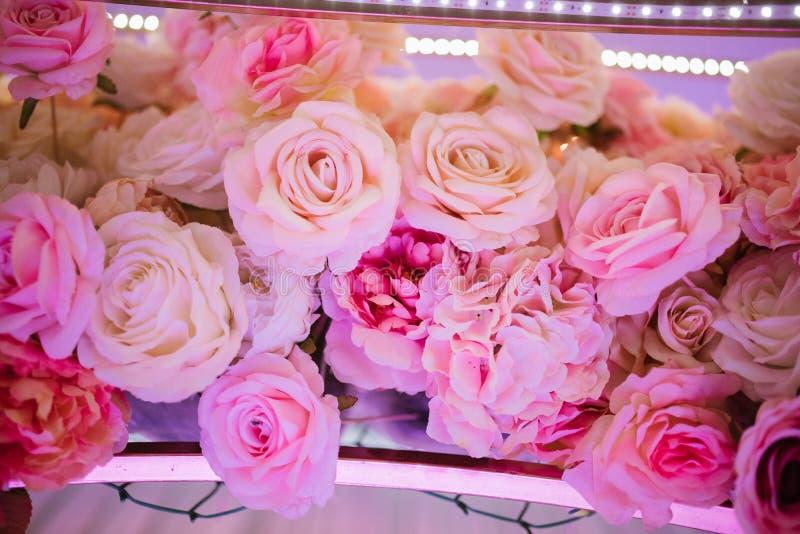 o ramalhete de flores roxas encontra-se próximo acima fotos de stock royalty free