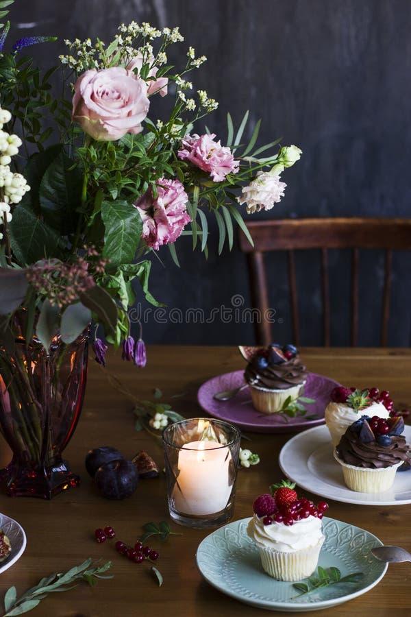 O ramalhete rústico bonito das flores na tabela festiva fotos de stock
