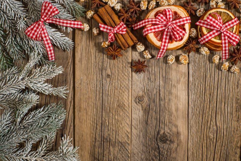 O ramo comeu com laranja, canela, amendoins, toranja em um woode fotografia de stock royalty free