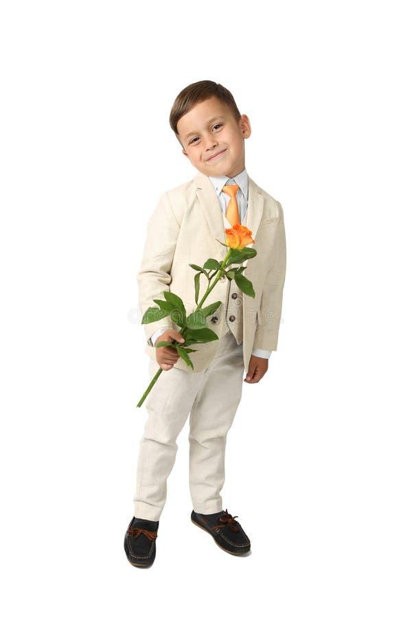 O rapaz pequeno bonito com aumentou fotos de stock