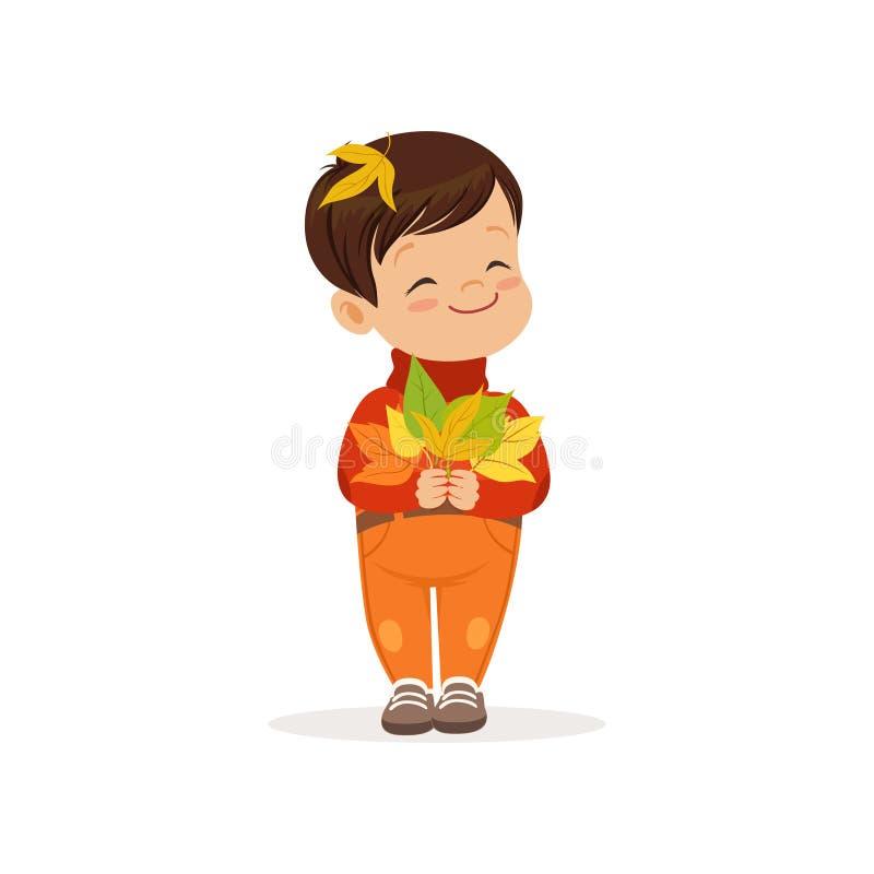 O rapaz pequeno bonito na roupa morna que guarda as folhas de bordo coloridas, criança bonita que aprecia a queda, outono caçoa o ilustração royalty free
