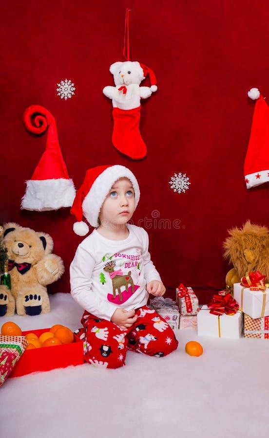 O rapaz pequeno bonito olha acima em antecipação a um milagre imagens de stock