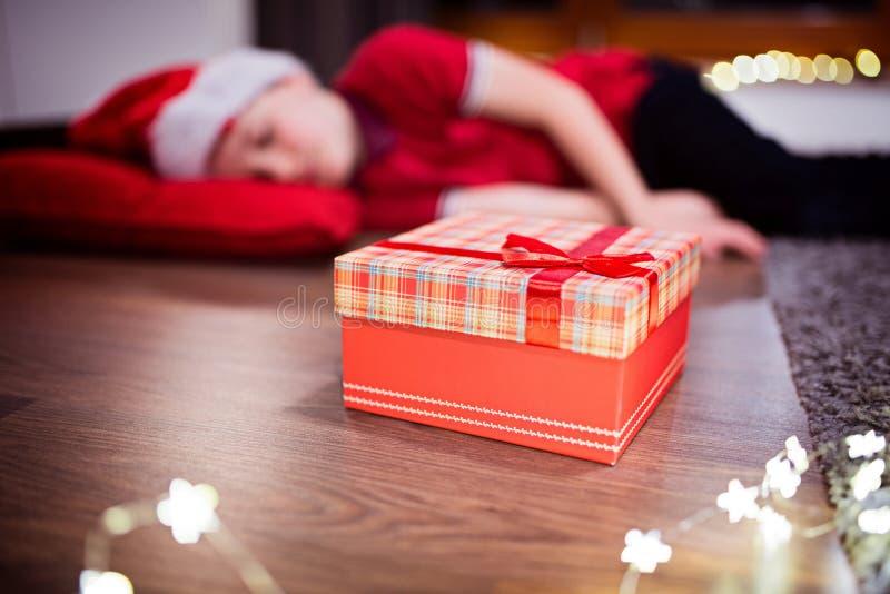 O rapaz pequeno caiu adormecido ao esperar Santa Claus fotos de stock royalty free