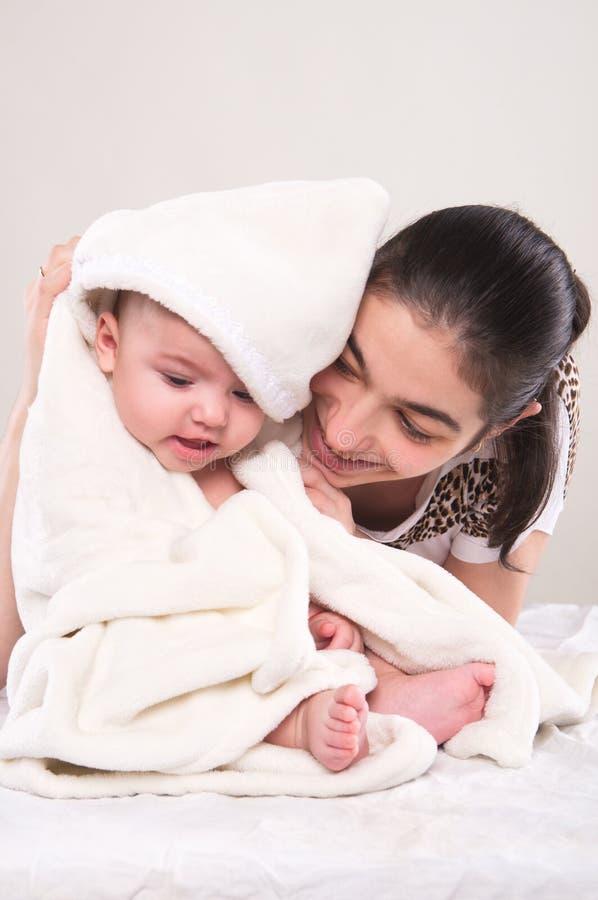 O rapaz pequeno coberto com uma toalha fotografia de stock