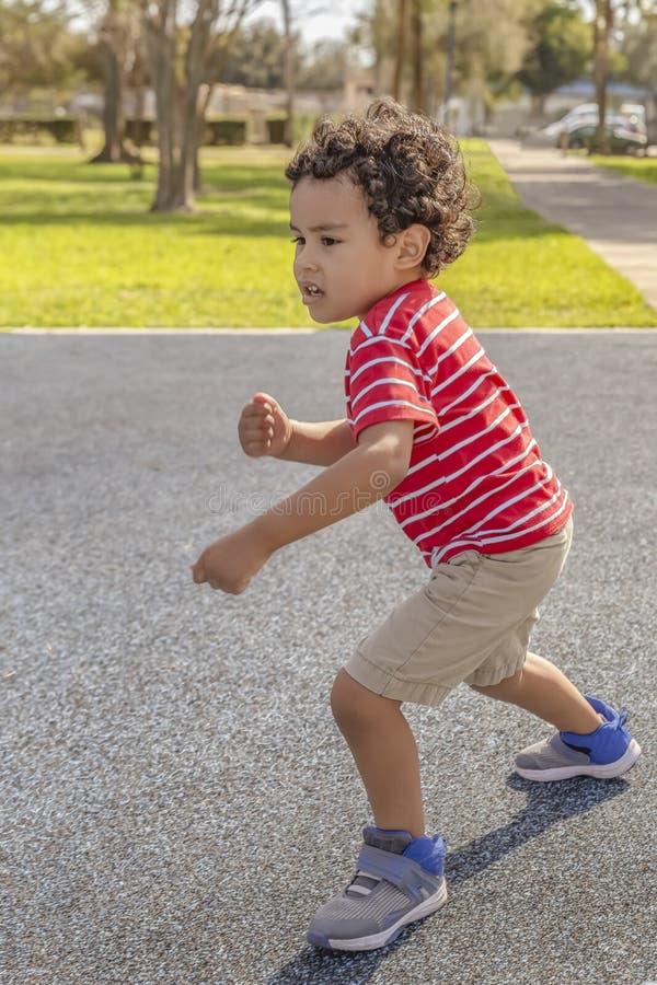 O rapaz pequeno começa correr fotografia de stock