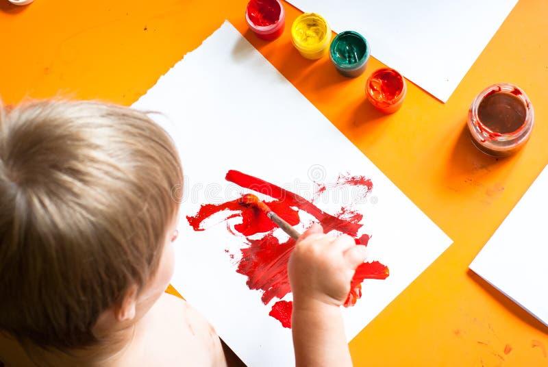 O rapaz pequeno desenha fotografia de stock royalty free
