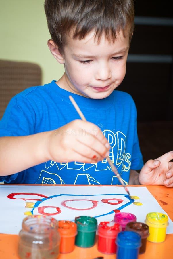 O rapaz pequeno desenha imagens de stock royalty free