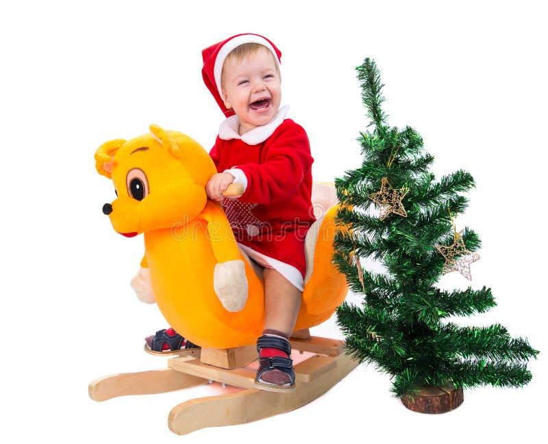 O rapaz pequeno feliz está pronto para comemorar o ano novo fotografia de stock