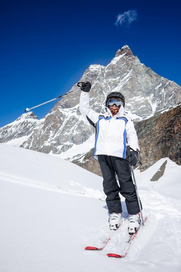 O rapaz pequeno pronto para vai esquiar No fundo o Matterhorn fotografia de stock royalty free