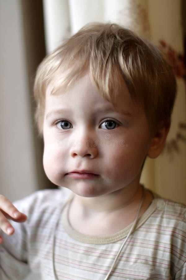 O rapaz pequeno tem o pequeno almoço fotos de stock royalty free
