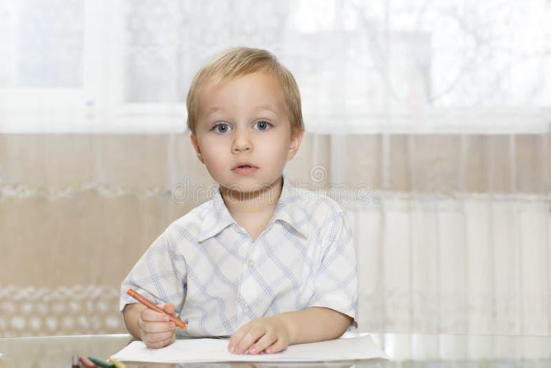 O rapaz pequeno tira sua atenção imagem de stock royalty free