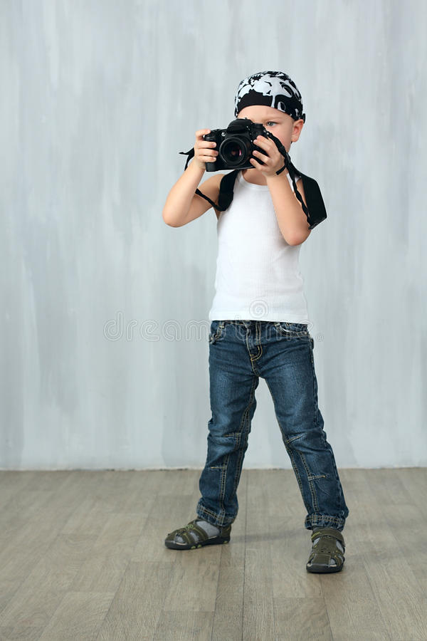 O rapaz pequeno toma uma foto fotografia de stock royalty free