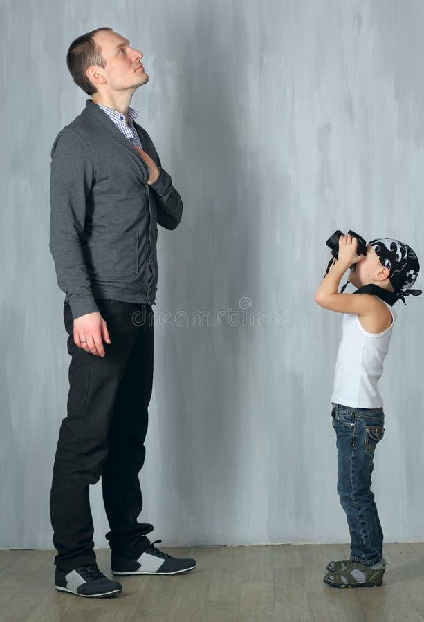 O rapaz pequeno toma uma foto de um homem foto de stock royalty free