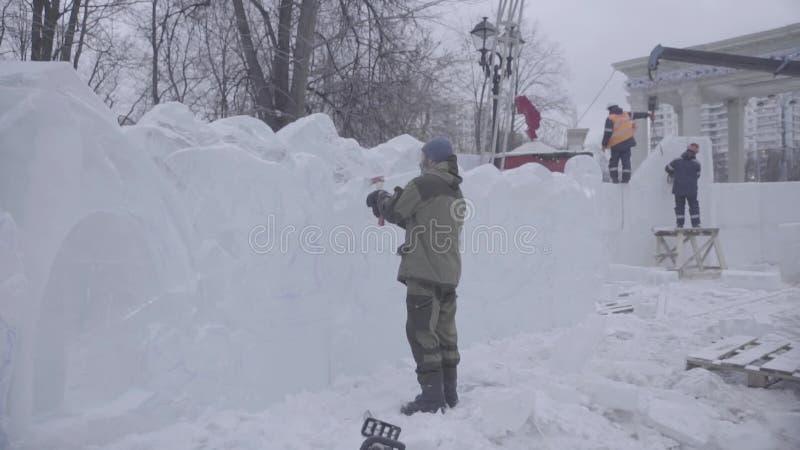 O raspador mestre executa um movimento através do gelo para criar uma escultura de gelo Ferramenta especial de utilização mestra  video estoque