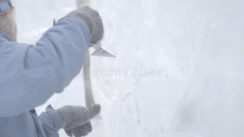 O raspador mestre executa um movimento através do gelo para criar uma escultura de gelo Ferramenta especial de utilização mestra  filme