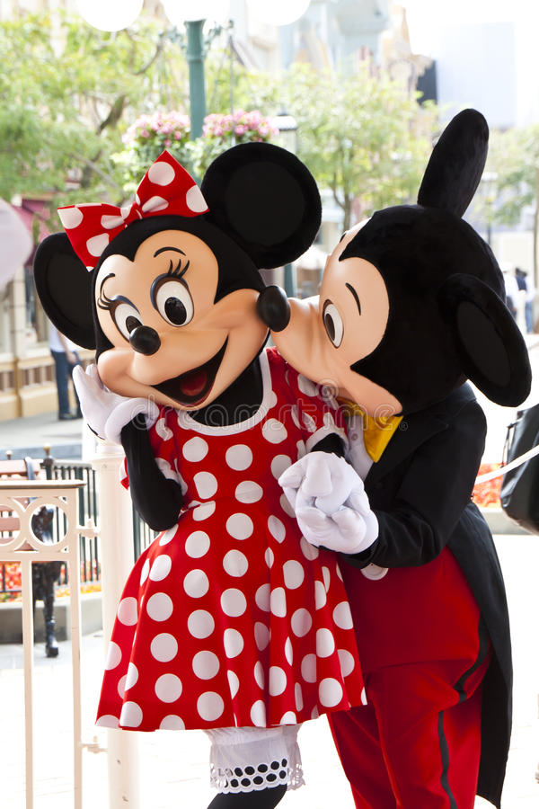 O rato de Mickey beija o rato de minnie fotografia de stock royalty free