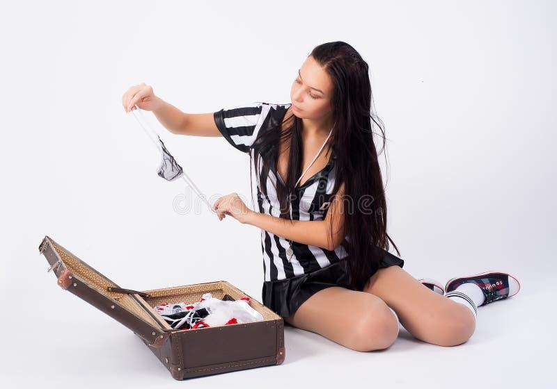 O ?rbitro 'sexy' do futebol embala a mala de viagem fotografia de stock
