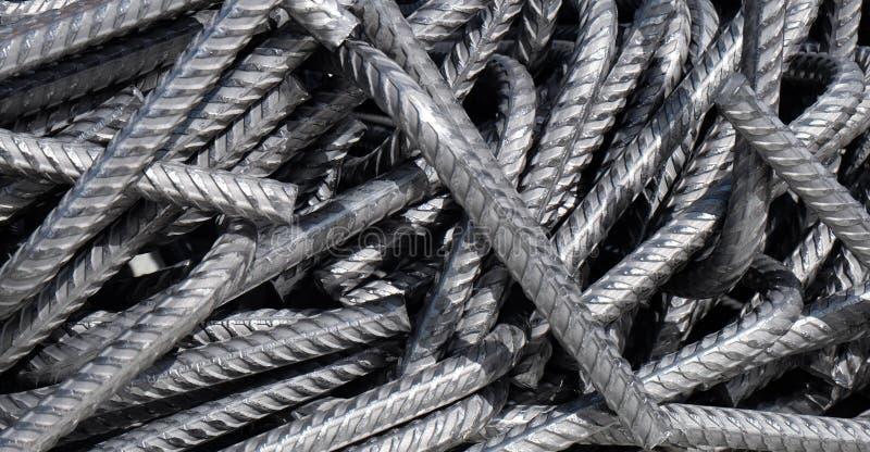 O rebar curvado da divisão, barras de aço curvadas empacotou desorganizado em uma pilha imagens de stock royalty free