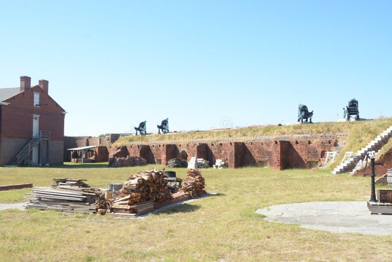 O rebitamento do forte caracteriza os atores do período que retratam a guerra civil e um pessoal militar mais atrasado fotos de stock