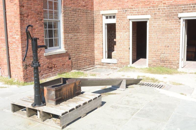 O rebitamento do forte tem as bombas de água fresca ainda no ordem de trabalhos imagem de stock