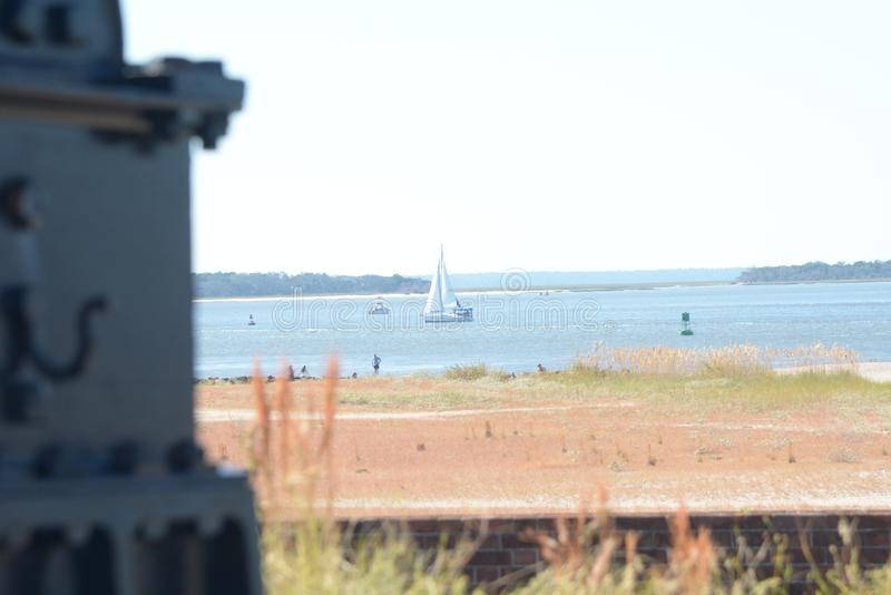 O rebitamento do forte tem uma vista amzing da entrada do oceano de suas baterias do canhão foto de stock royalty free