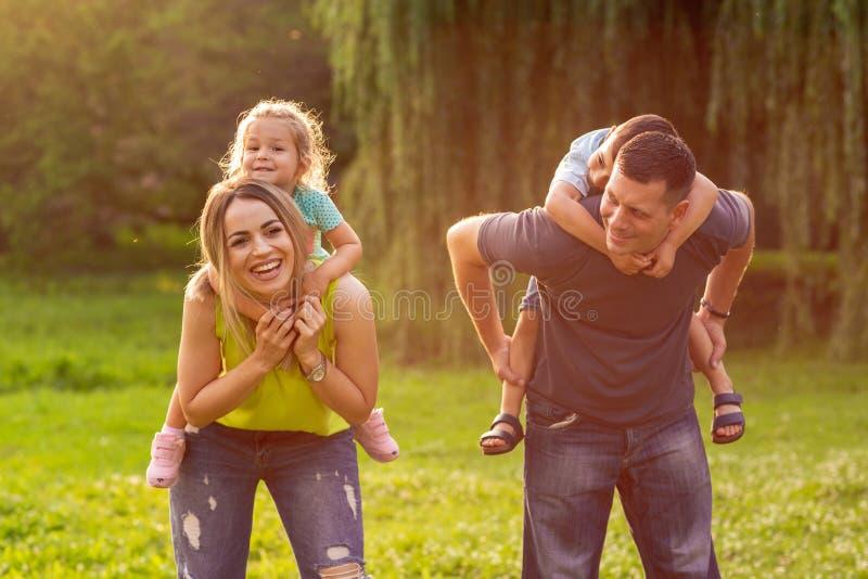 O reboque da família suas crianças e tem o divertimento junto no parque imagens de stock
