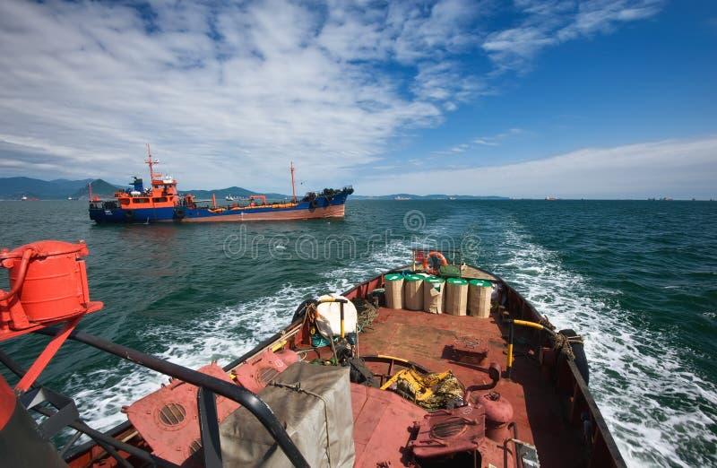 O reboque marinho move-se através da baía Louro de Nakhodka Mar do leste (de Japão) 02 08 2015 imagens de stock