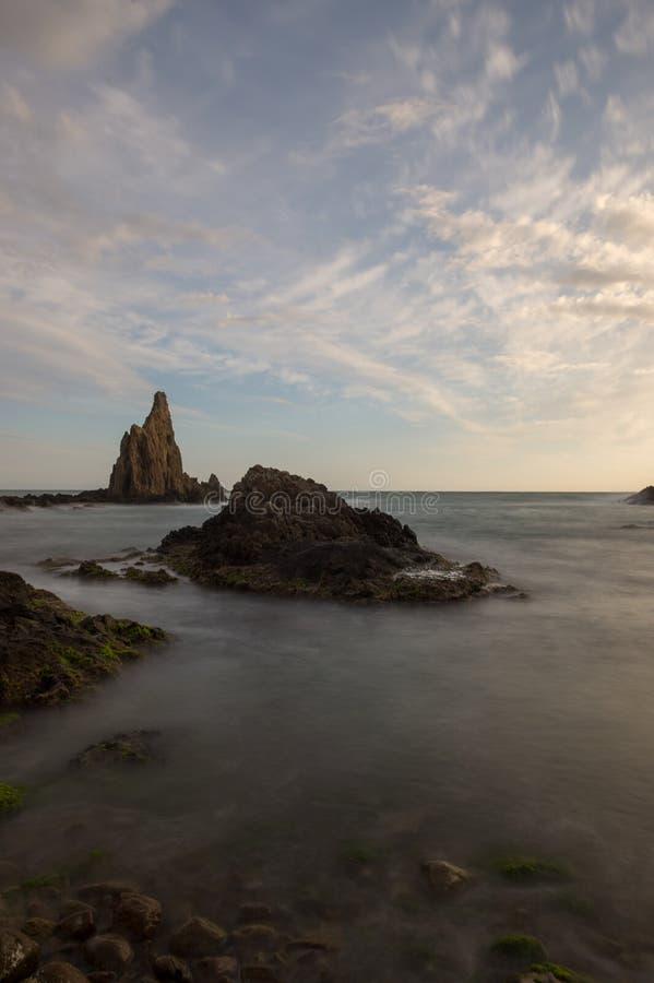 O recife das sirenes do cabo no por do sol foto de stock