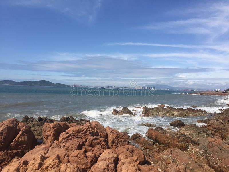 O recife do beira-mar de Qingdao, lá é muitos recifes aqui fotos de stock royalty free