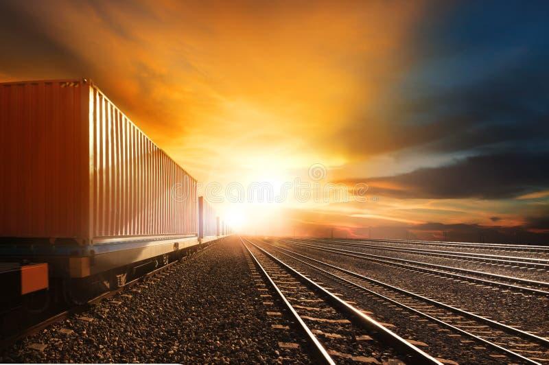 O recipiente da indústria treina o corredor na trilha de estradas de ferro contra o Beau imagens de stock royalty free