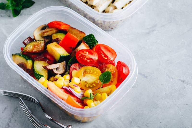 O recipiente da lancheira da preparação da refeição do vegetariano com grelhou e legumes frescos imagens de stock