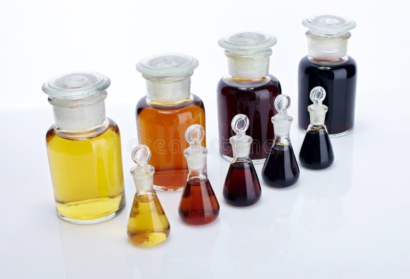 O recipiente de vidro e o líquido do laboratório foto de stock