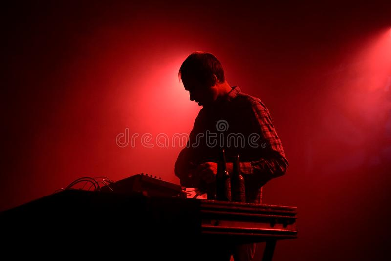 O recipiente DJ executa no festival 2015 do clube de primavera foto de stock