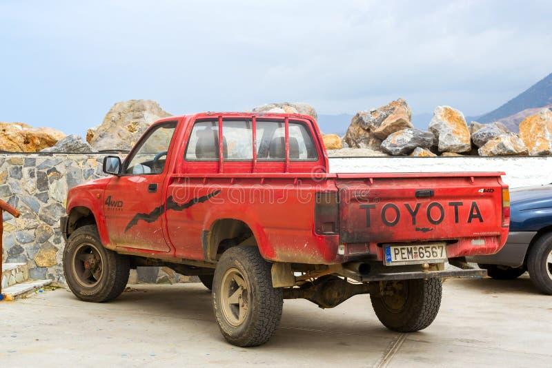 O recolhimento de Toyota estacionou no porto Bali, Creta imagem de stock royalty free