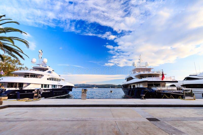 O recurso de férias e o porto luxuosos para iate luxuosos chamaram Porto Montenegro na baía de Kotor fotografia de stock