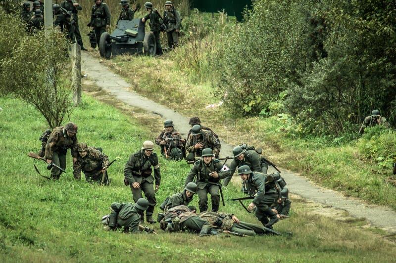 O reenactment da batalha da guerra mundial 2 entre tropas soviéticas e alemãs perto de Moscou imagens de stock