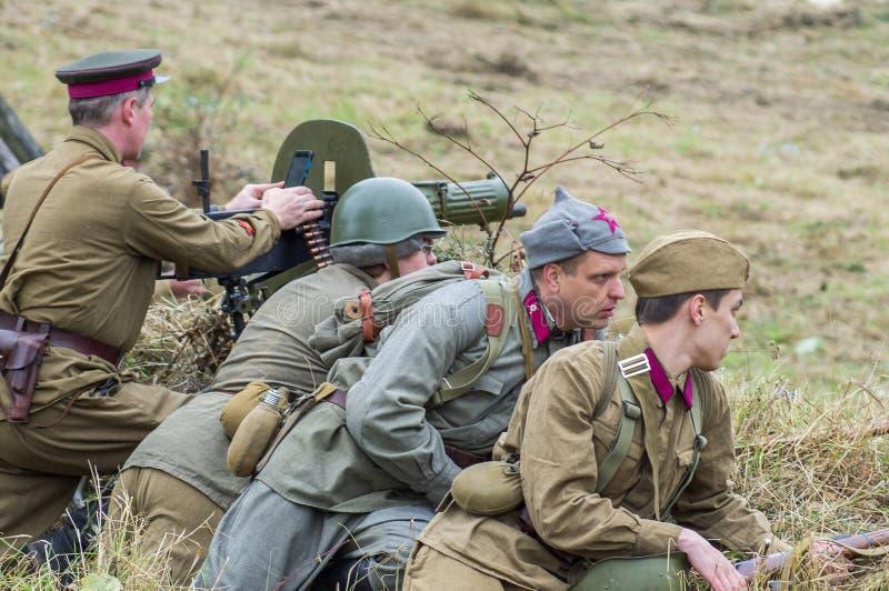 O reenactment da batalha da guerra mundial 2 entre tropas soviéticas e alemãs perto de Moscou foto de stock